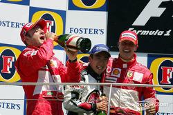 Podio: ganador de la carrera Michael Schumacher, segundo lugar Rubens Barrichello y tercer lugar Tak