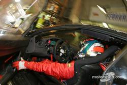 Arrêt aux stands pour la Ferrari 360 Modena n°70 du JMB Racing (Jaime Melo Jr., Jean-René de Fournoux, Stéphane Daoudi)