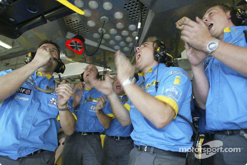 Celebran los miembros del equipo Renault F1 de Fernando Alonso su pole position