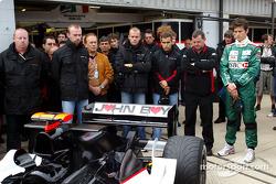 Los miembros del equipo Bas Leinders, Zsolt Baumgartner, Gianmaria Bruni, Paul Stoddart, Mark Webber y Minardi homenaje a sporting director John Walton que murió el viernes por la noche tras ataque al corazón