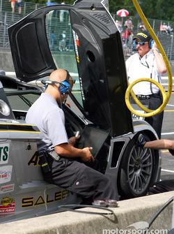 L'équipe ACEMCO fait des ajustements à la Saleen S7R pendant le warm up