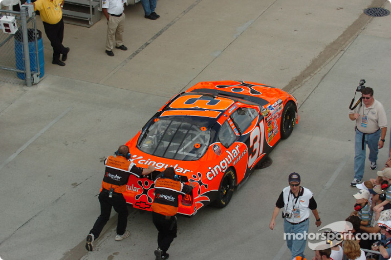 Robby Gordon crew push the car back to the garage