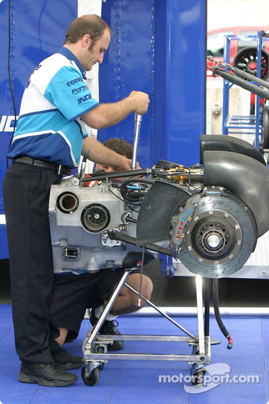 Les mécaniciens du Forsythe Championship Racing préparent les suspensions arrières