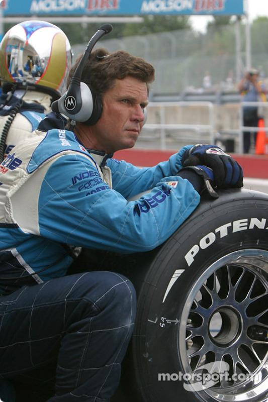 Un mécanicien Forsythe Championship Racing attend le prochain arrêt