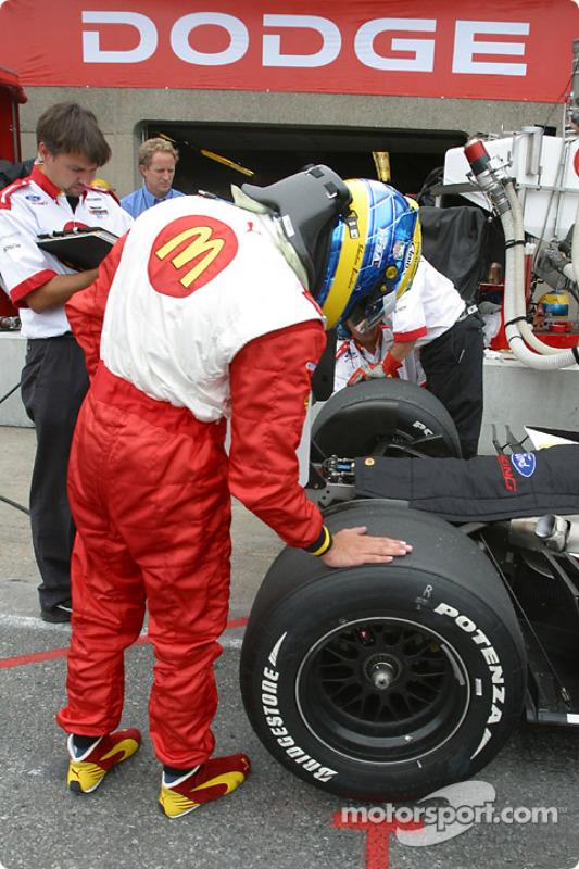 Sébastien Bourdais vérifie les pneus
