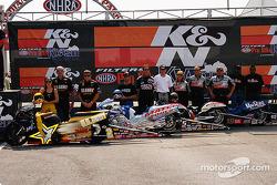 Angelle Savoie, Craig Treble, GT Tonglet, et Michael Philips posent avec leurs équipes avant le K&N Pro Bike Klash