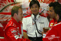 Rubens Barrichello discusses with his engineers
