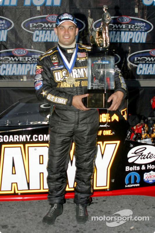 Tony Schumacher avec son trophée de champion