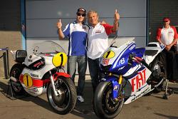 Джакомо Агостини и Хорхе Лоренсо, Fiat Yamaha Team позируют с мотоциклом 1975 года, выигравшим чемпионат, Yamaha OW23 и специальным мотоциклом Yamaha M1