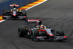 Karun Chandhok, Hispania Racing F1 Team leads Bruno Senna, Hispania Racing F1 Team