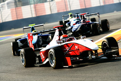 Alexander Rossi leads Oliver Oakes