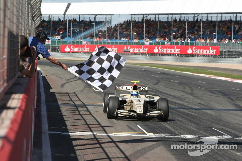 Sergio Perez passe la ligne et remporte la course.