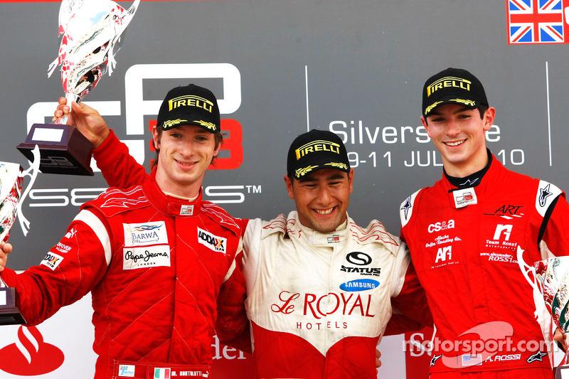 Daniel Morad viert de overwinning op het podium met Mirko Bortolotti en Alexander Rossi