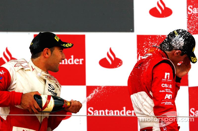 Daniel Morad viert de overwinning op het podium met Alexander Rossi