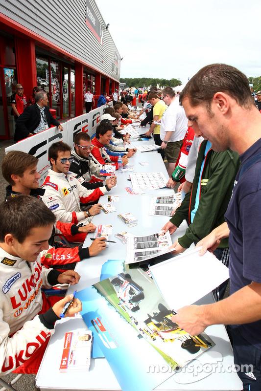 Sergey Afanasiev in de Formule 2 handtekeningsessie