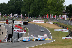 Yvan Muller, Chevrolet, Chevrolet Cruze LT leads Robert Huff, Chevrolet, Chevrolet Cruze LT at the start