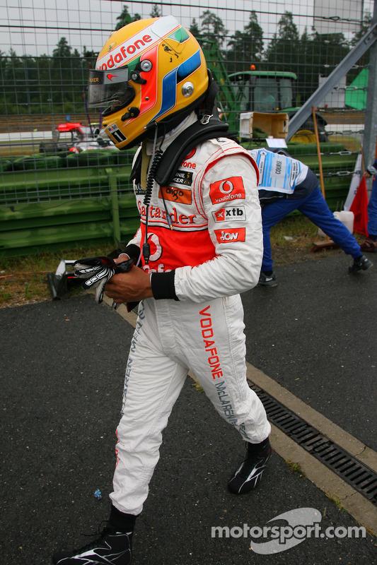 Lewis Hamilton, McLaren Mercedes, crasht tijdens de sessie
