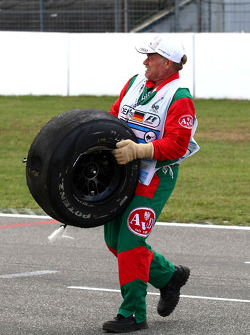 Vitantonio Liuzzi, Force India F1 Team crashes during first qualifying session, marshal bring back a wheel