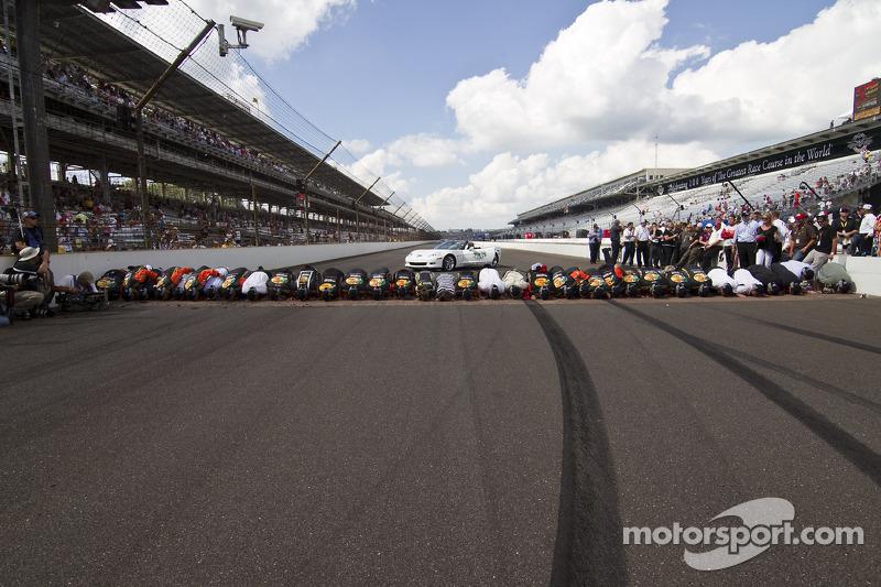 Race winnaar Jamie McMurray, Earnhardt Ganassi Racing Chevrolet en team kussen de Yard of Bricks
