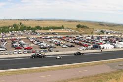 Les équipes nettoient l'huile dans les zones de dégagements au Bandimer Speedway, Morrision, Colorado