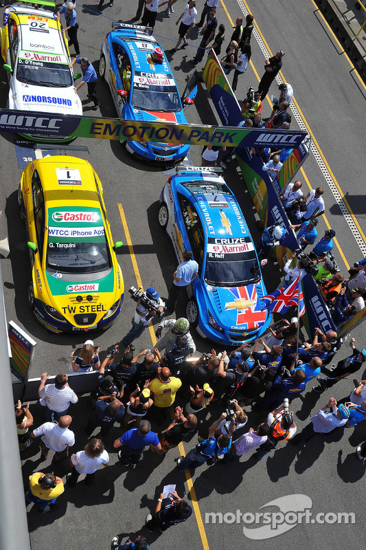 Parc Ferme: Robert Huff Chevrolet, Chevrolet Cruze LT, Gabriele Tarquini SR-Sport Seat Leon 2.0 TDI, Alain Menu Chevrolet, Chevrolet Cruze LT en Darryl O'Young bamboo-engineering Chevrolet Lacetti