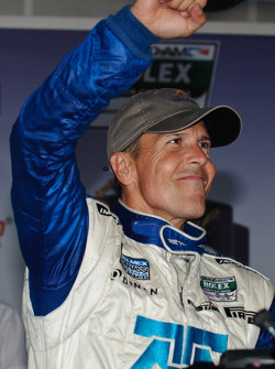 Victory lane: race winnaar Scott Pruett