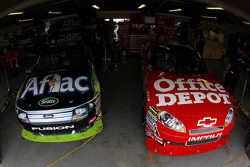 Auto's van Carl Edwards, Roush Fenway Racing Ford en Tony Stewart, Stewart-Haas Racing Chevrolet