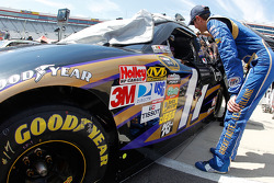 Kurt Busch, Penske Racing Dodge talks with Matt Kenseth, Roush Fenway Racing Ford