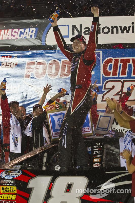 Victory lane winnaar Kyle Busch