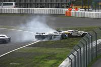 Start: #41 Marc VDS Racing Team Ford GT: Markus Palttala, Renaud Kuppens en #33 Triple H Team Hegersport Maserati MC12: Altfrid Heger, Alex Müller crash