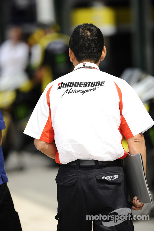 Técnico de Bridgestone trabajando