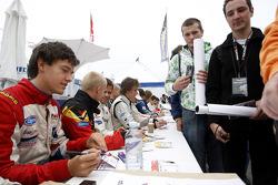 Jolyon Palmer signe des autographes