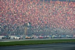 Start: Denny Hamlin, Joe Gibbs Racing Toyota and Ryan Newman, Stewart-Haas Racing Chevrolet lead the field