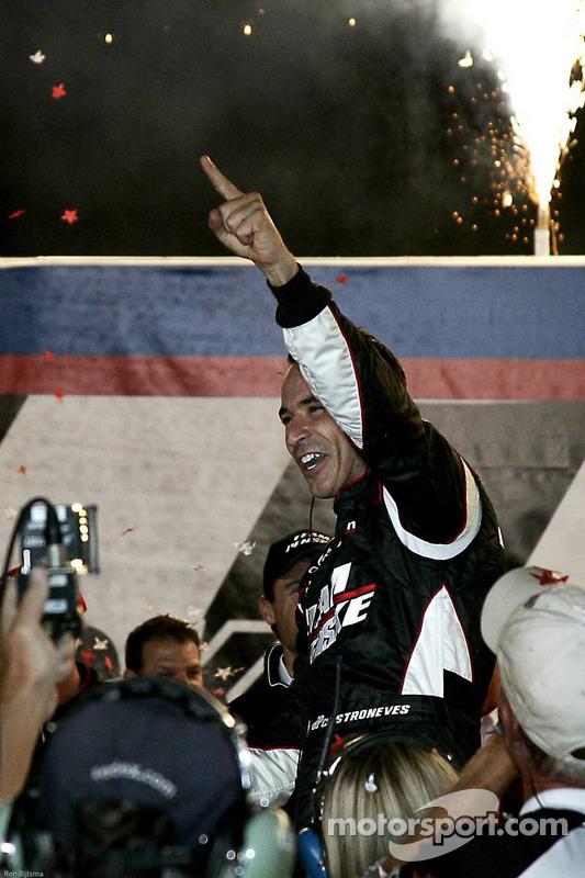 Victory lane: race winnaar Helio Castroneves, Team Penske