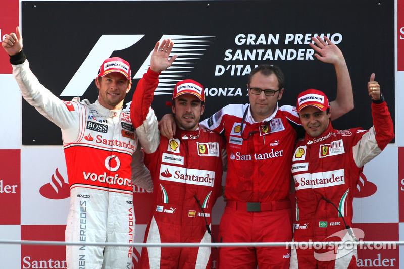 Подіум: переможець Фернандо Алонсо (Ferrari), другий призер Дженсон Баттон (McLaren Mercedes), третій призер Ферліпе Масса (Ferrari) та керівник Скудерії Стефано Доменікалі