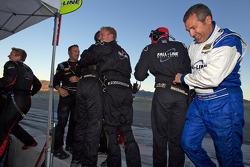 Mark Boden en Fall-Line Motorsports teamleden vieren feest wanneer de #48 Fall-Line Motorsports BMW M3 Coupe: Charles Espenlaub, Charles Putman, het GS-kampioenschap wint