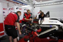F2 engineers fixen de auto van Kazim Vasiliauskas na zijn ongeval