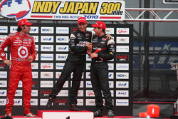 Podium: race winner Helio Castroneves, Team Penske, second place Dario Franchitti, Target Chip Ganassi Racing, third place Will Power, Team Penske