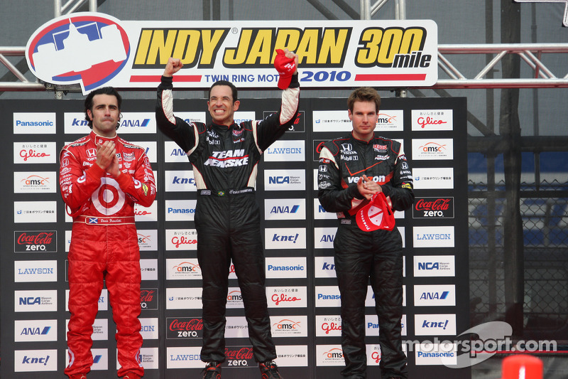 Podium: race winnaar Helio Castroneves, Team Penske, 2de Dario Franchitti, Target Chip Ganassi Racin