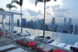 City feature, pool on the roof of the Marina Bay Hotel
