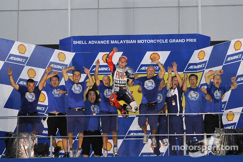 Podium: 2010 MotoGP kampioen Jorge Lorenzo, Fiat Yamaha Team viert met team