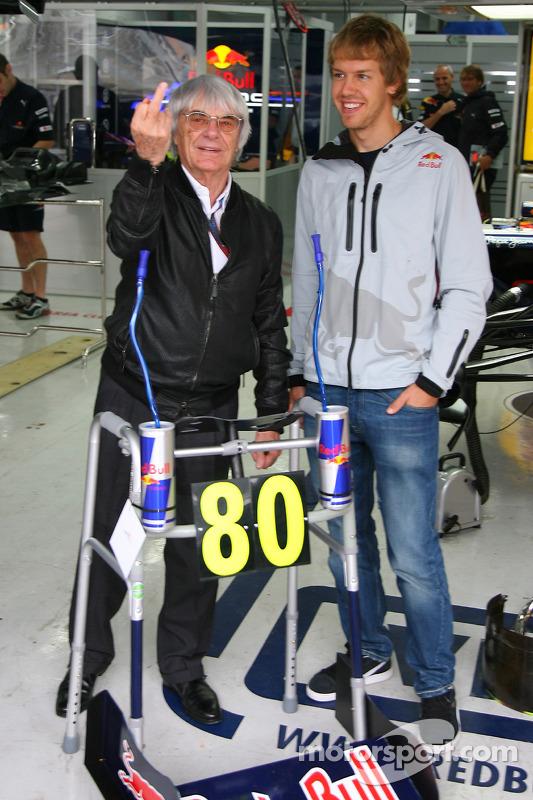 Bernie Ecclestone fêtera ses 80 ans la semaine prochaine et comme cadeau d'anniversaire, l'équipe Red Bull lui a donné un cadre Zimmer avec Sebastian Vettel (Red Bull Racing)