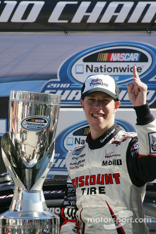 NASCAR Nationwide Series 2010 kampioen Brad Keselowski viert