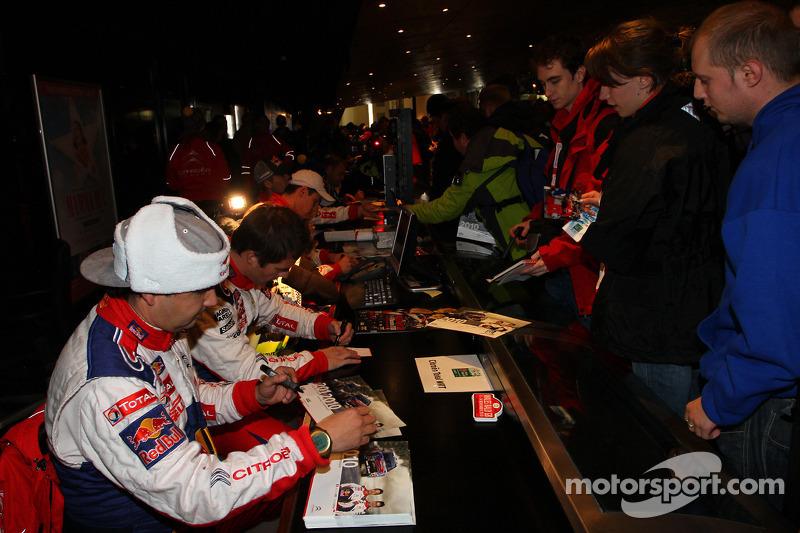 Sébastien Loeb en Daniel Elena signeren handtekeningen