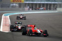 Lucas di Grassi, Virgin Racing, leidt voor Bruno Senna, Hispania Racing F1 Team