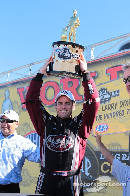 Larry Dixon tilt de trofee op na het winnen van zijn vijfde 5th Top Fuel Championship