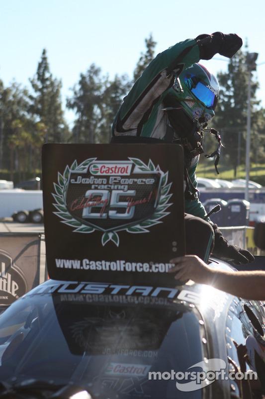 John Force komt uit zijn Castrol Ford Mustang na het winnen van zijn 15e wereldtitel
