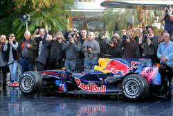 Een Red Bull Racing auto en fotografen
