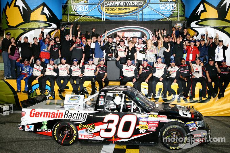 De 'victory lane': 2010 NASCAR Camping World Truck Series kampioen Todd Bodine vierne feest