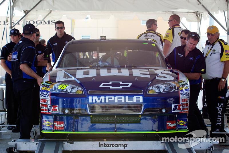 Auto van Jimmie Johnson, Hendrick Motorsports Chevrolet bij de technische keuring